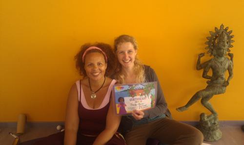 Helen Purperhart en Fraukje met het tieneryoga certificaat